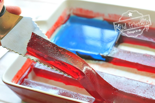 A Jello American Flag Dessert for a Fun Patriotic Treat - Simple to make and so much fun! Perfect for Memorial Day, Fourth of July, Labor Day and your summer picnics with family. www.kidfriendlythingstodo.com
