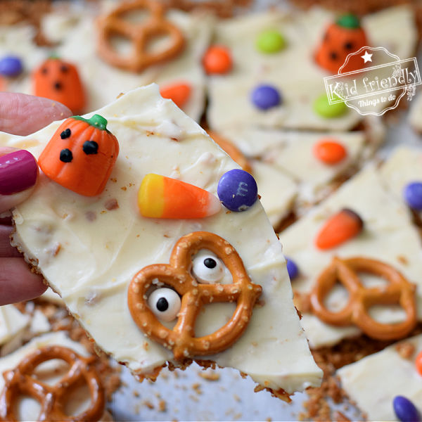 Delicious Halloween Candy Bark {with a Pretzel Crust!} | Kid Friendly Things To Do