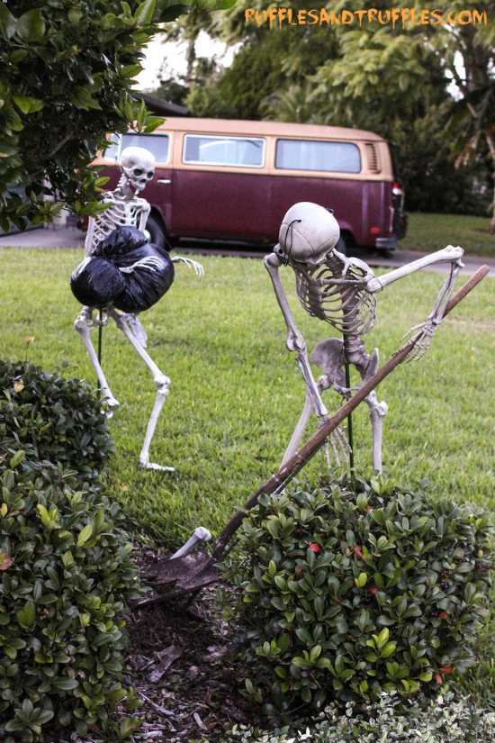 The Most Hilarious Diy Skeleton Yard Displays For Decoration Www Kidfriendlythingstodo