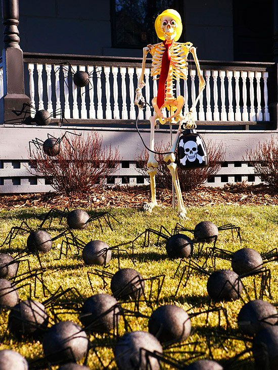 Hilarious skeleton decorations for your yard on halloween for Deco exterieur halloween
