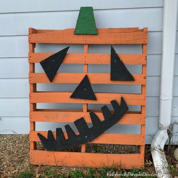 Jack-O-Lantern Pallet DIY fall idea
