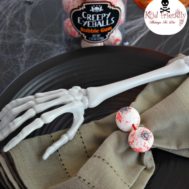 Easy DIY eyeball bubble gum napkin rings - a fun Halloween Party Table Decoration - www.kidfriendlythingstodo.com