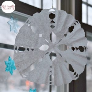 Great winter craft. These are easy to make with the kids! How to make a coffee filter snowflake. Fun to do on a snow day! www.kidfriendlythingstodo.com