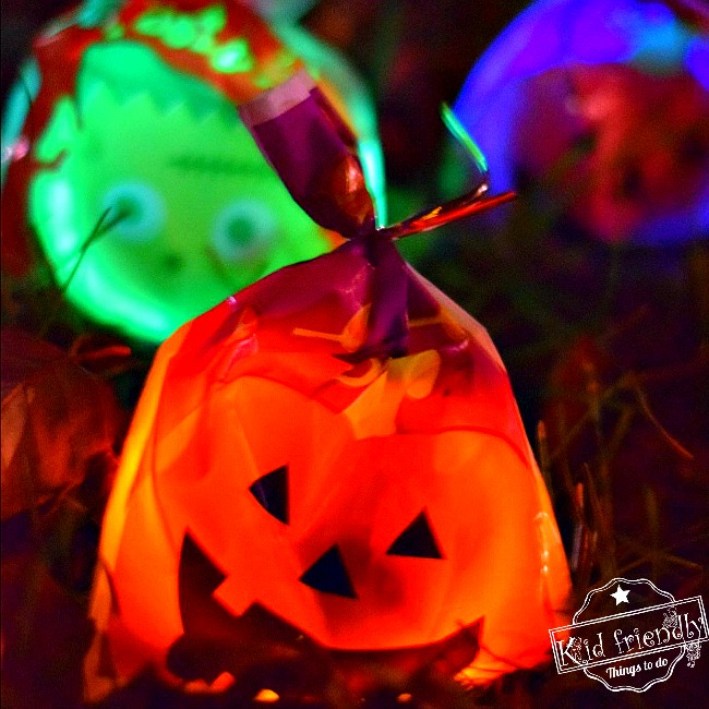 A Glow in the Dark Halloween Candy Hunt Idea for Kids {Outdoor Halloween Game}  | Kid Friendly Things To Do