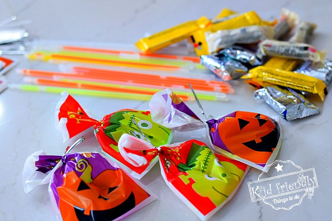 A Glow in the Dark Halloween Candy Hunt Idea for Kids! - Such a fun party idea or just a fun family idea - Light up the night and hunt for candy! Fun DIY! www.kidfriendlythingstodo.com