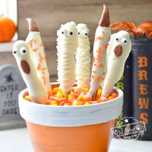 Halloween Chocolate Pretzels Rods {Ghost, Mummy & Witch} | Kid Friendly Things To Do